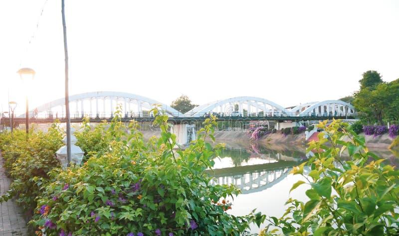 泰国南王南邦大桥官方名称为Ratsadaphisek Bridge, Chao Phraya河的河支 免版税库存图片