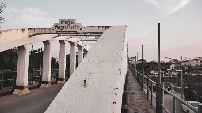 泰国南王南邦大桥官方名称为Ratsadaphisek Bridge, Chao Phraya河的河支 库存图片