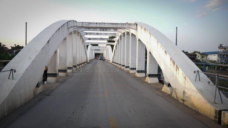 泰国南王南邦大桥官方名称为Ratsadaphisek Bridge, Chao Phraya河的河支 库存照片