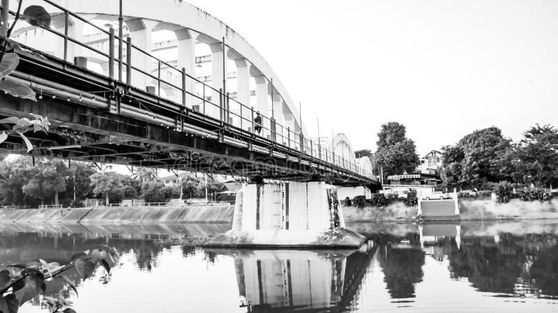 泰国南王南邦大桥官方名称为Ratsadaphisek Bridge, Chao Phraya河的河支 免版税图库摄影