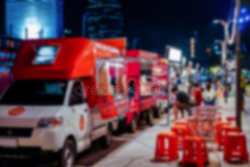 泰国和旅行人民迷离照片加入了foodtrucks事件在路的停车处在小径旁边等待顾客对买 库存图片