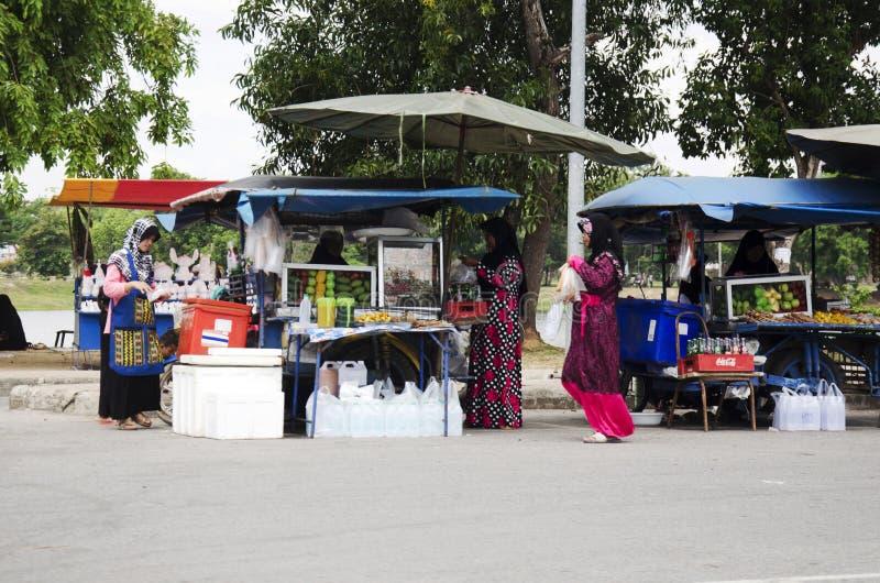 泰国回教人销售和购买产品和食物在地方restau 库存照片