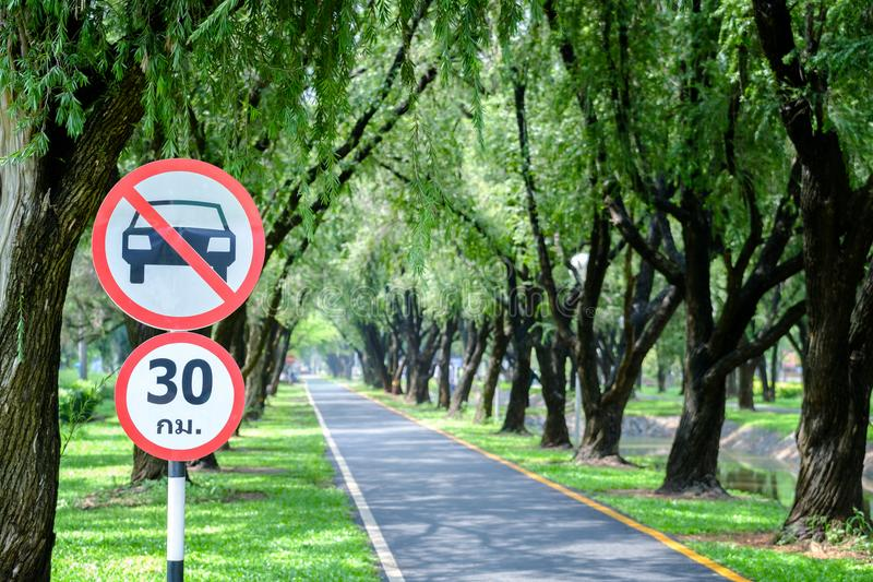 泰国圆的交通标志,车段落,耳鼻喉科没有的汽车 图库摄影