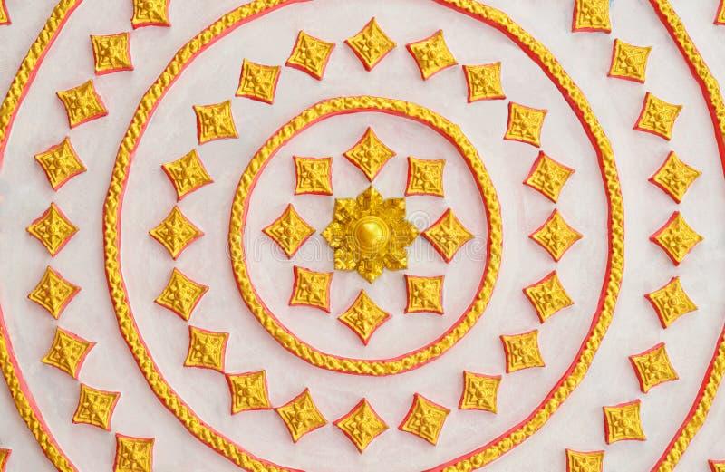泰国在墙壁上的样式艺术金黄样式在公开寺庙 免版税库存照片