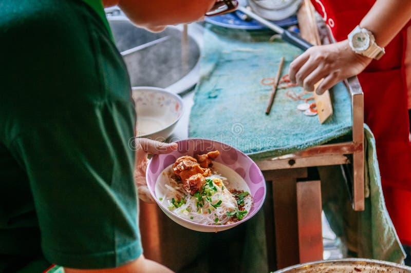 泰国地方街道食物鸡面条在Uthaithani 免版税库存图片
