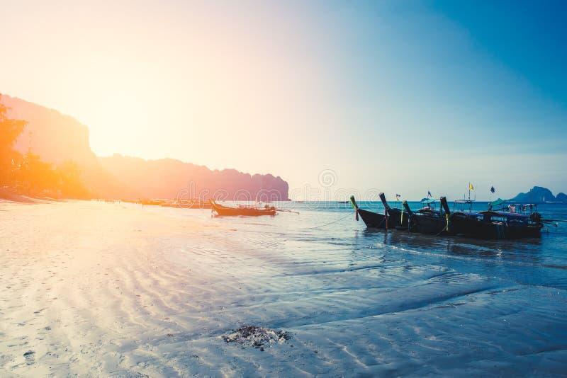 泰国夏天旅行海,在海海滩Krabi披披岛普吉岛的泰国老木小船 免版税图库摄影