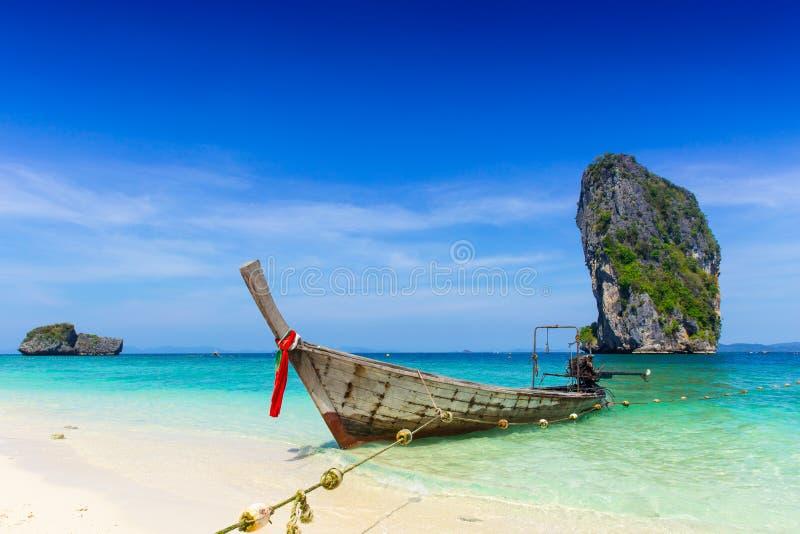 泰国夏天旅行海,在海海滩Krabi披披岛普吉岛的泰国老木小船 免版税库存照片