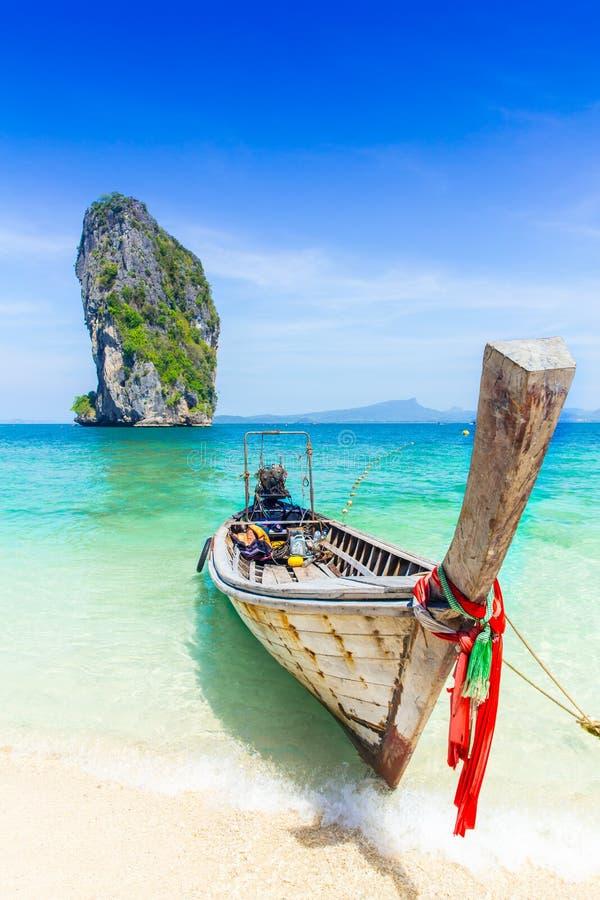 泰国夏天旅行海,在海海滩Krabi披披岛普吉岛的泰国老木小船 免版税库存图片