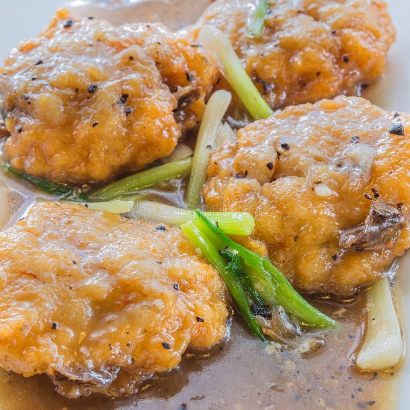泰国大虾在小汤结块 免版税库存照片