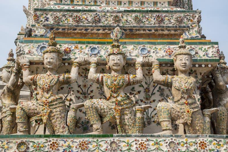 泰国天使雕塑运载在黎明寺寺庙的Stupa 库存照片