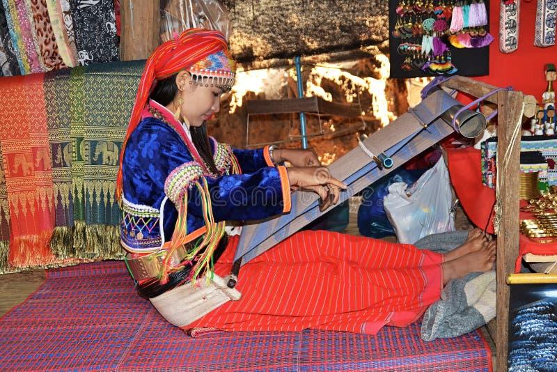 泰国女孩在织布机上工作 库存照片
