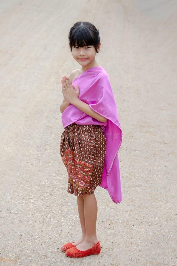泰国女孩姿势欢迎Sawasdee 图库摄影