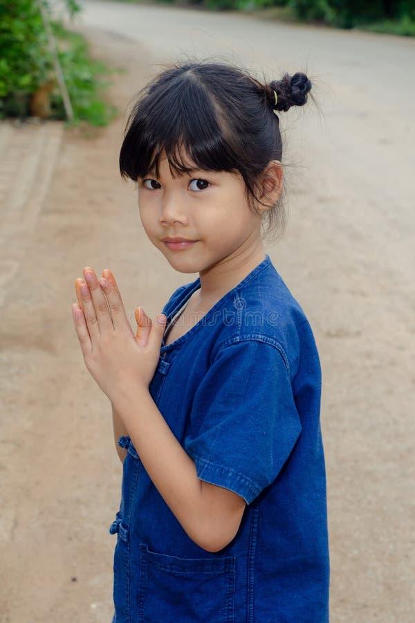 泰国女孩姿势欢迎Sawasdee 免版税库存图片