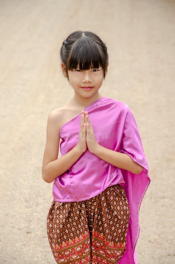泰国女孩姿势欢迎Sawasdee 免版税库存照片