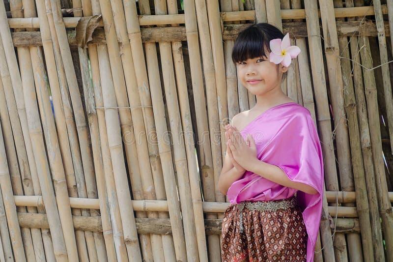 泰国女孩姿势欢迎Sawasdee 库存图片