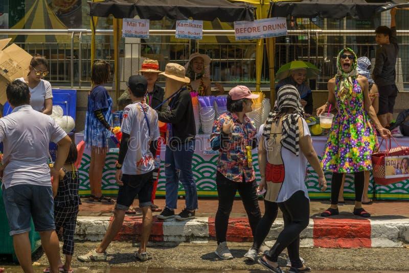 泰国妇女卖饮料给人, 免版税库存照片