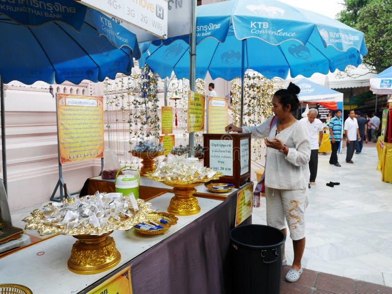 泰国妇女和旅客人民参观,并且尊敬祈祷菩萨 免版税库存图片