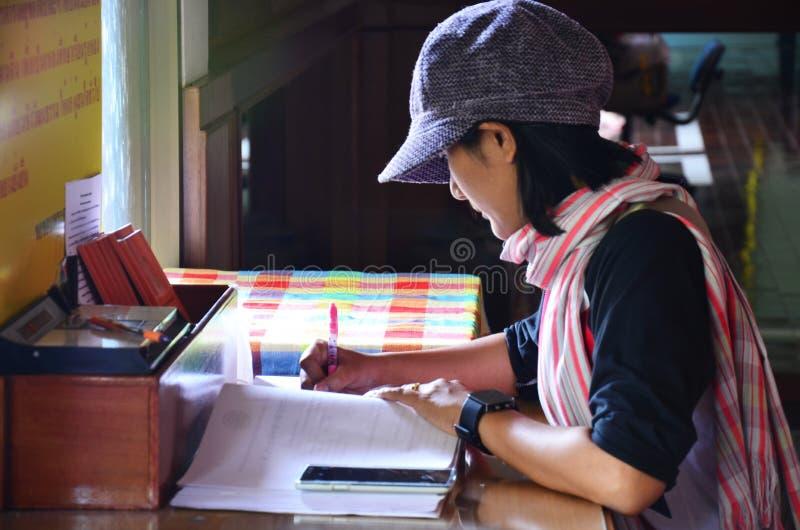 泰国妇女在书写记忆 免版税库存照片
