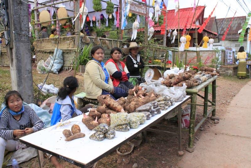 泰国妇女在市场上卖菜 免版税库存图片