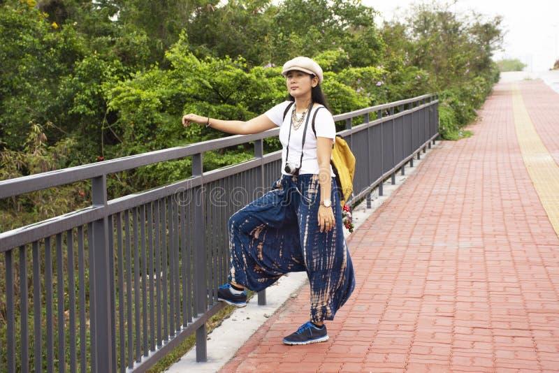 泰国妇女旅行走在南滨路旁边的小径的旅客在潮州,中国去参观天坛寺庙 库存图片