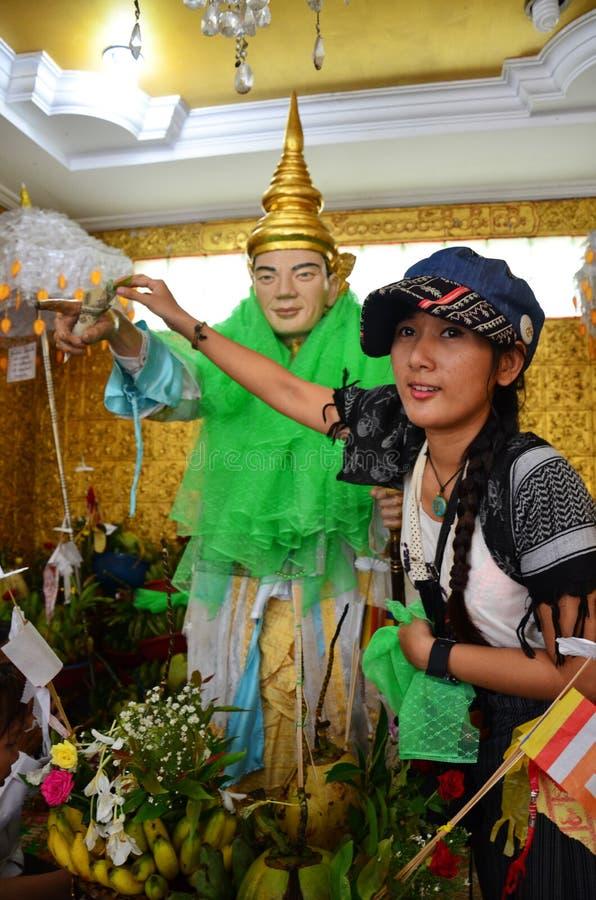 泰国妇女来为要求与Rohani Bo Bo Botahtaung塔Gyi的活成功在仰光缅甸 图库摄影