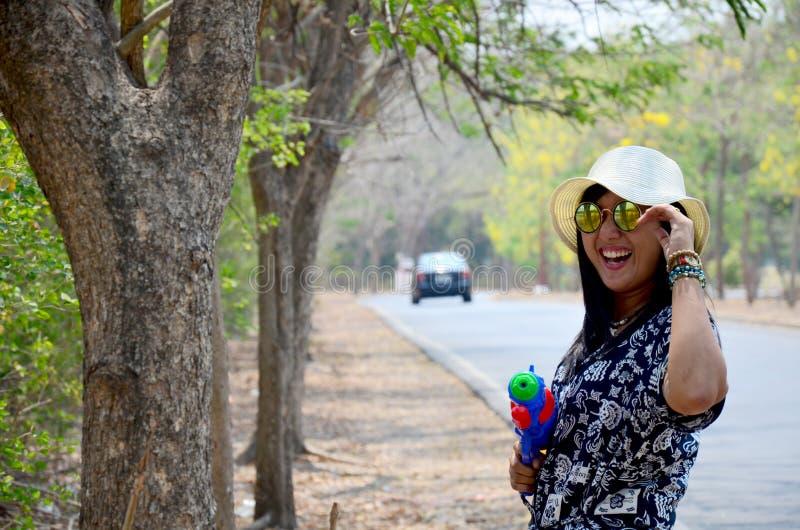 泰国妇女画象和戏剧水枪戏弄在室外 库存照片