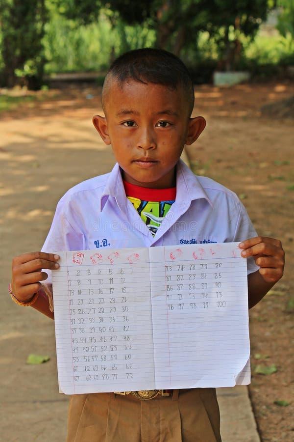 泰国学生在教学楼前面站立 免版税库存图片