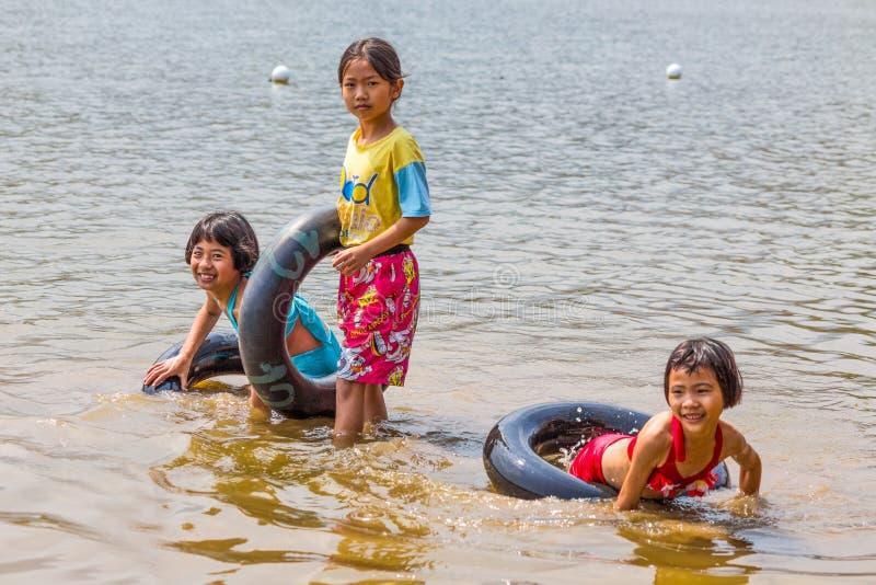 泰国孩子对照相机使用入水的,泰国微笑 免版税图库摄影