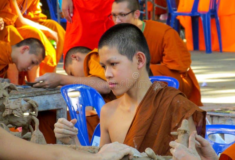 泰国寺庙wat做的佛教年轻修士手工造 免版税库存图片