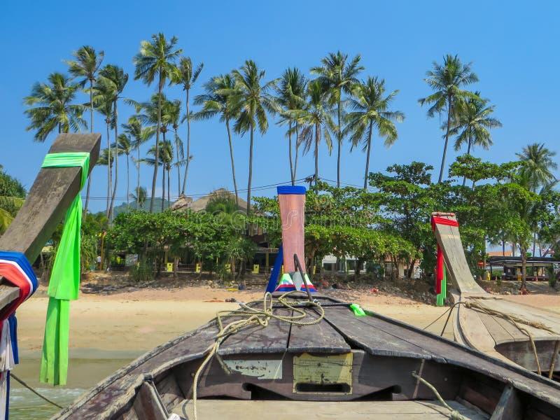 泰国小船在Ao Nang海滩驾驶 库存图片