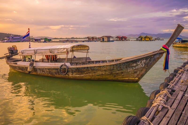 泰国小船晚上港口海滩普吉岛海岛thailland 免版税图库摄影