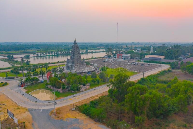 泰国巴吞他尼市的一座佛寺 — 日落时空观看潘亚南塔拉姆寺 泰国建筑 免版税库存照片