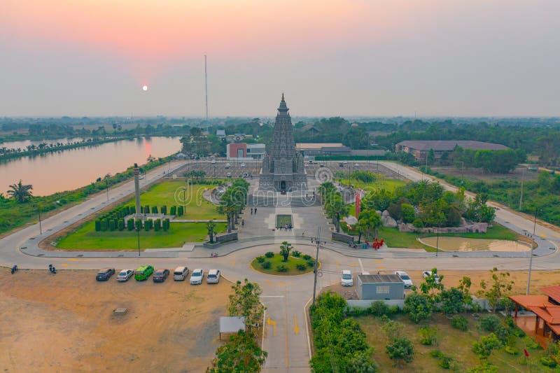 泰国巴吞他尼市的一座佛寺 — 日落时空观看潘亚南塔拉姆寺 泰国建筑 库存图片