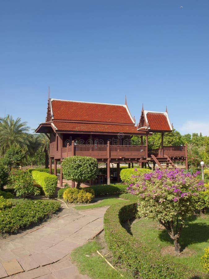 泰国当代议院仿效传统泰国房子 免版税库存照片