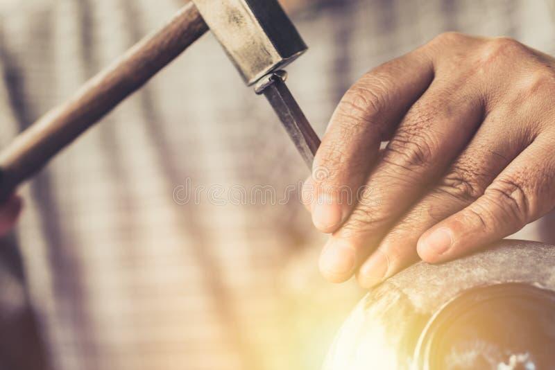 泰国手工造钢刻记与锤子艺术 免版税库存照片