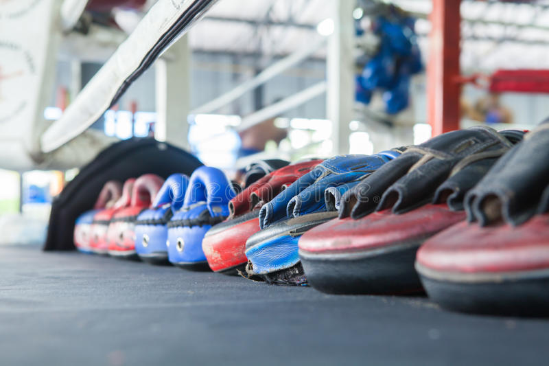 泰国拳击露指手套训练目标焦点拳打垫手套行  库存图片