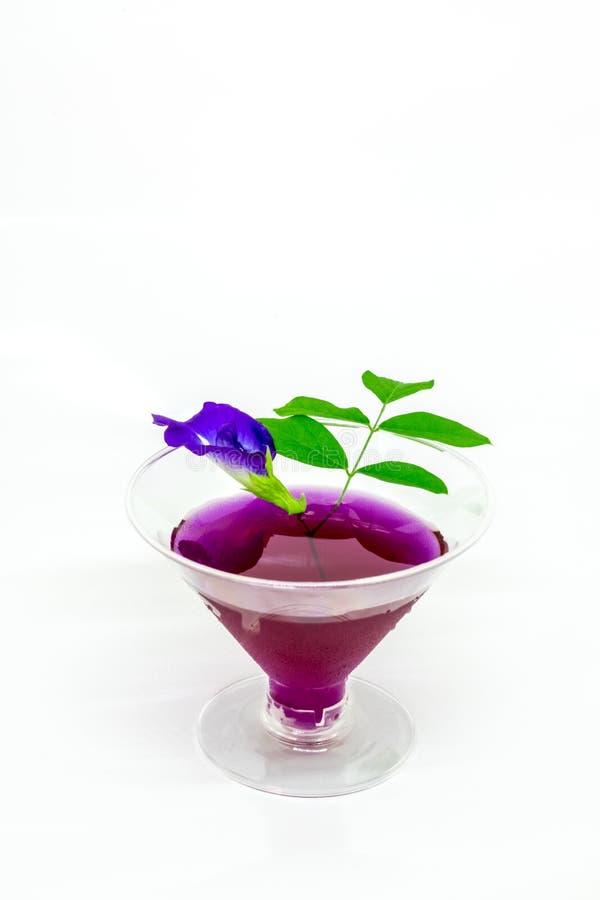 泰国新鲜的健康草本饮料陈汁液有柠檬汁蝴蝶豌豆floweron白色背景 库存图片