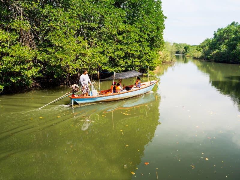 泰国旅客采取沿运河的小船旅行在美洲红树中 图库摄影