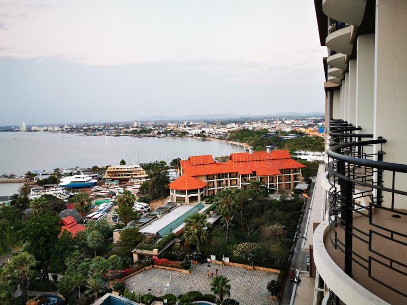 泰国春武里市 — 2020年3月1日:酒店在海滩和泰国芭堤雅的美丽游泳池 免版税库存照片