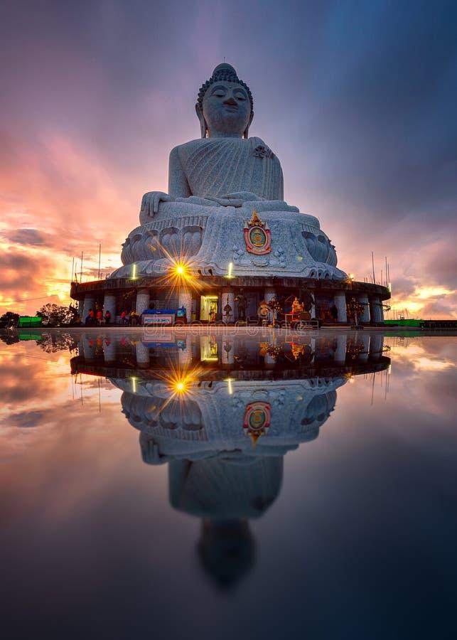 泰国普吉大佛的日出与反射 免版税库存照片