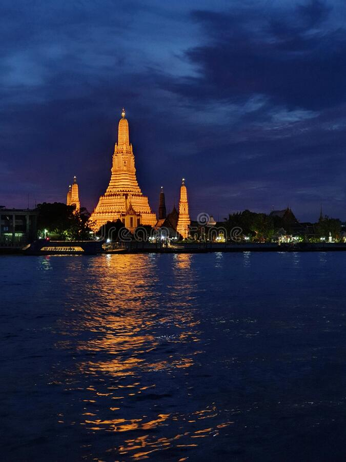 泰国曼谷地标 — 阿伦寺和朝法雅河 免版税库存图片