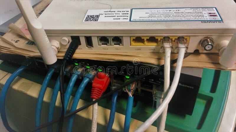 泰国曼谷-2019å¹´5月14日:光纤Internet模块安装在服务器机房的中央路由器端口。泰国曼谷-2019å¹´5月14æ 库存图片