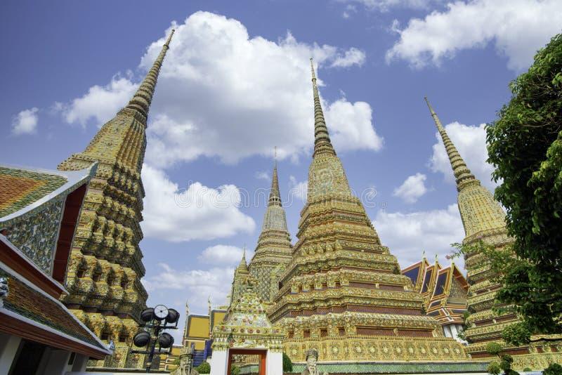 泰国曼谷Wat Poh的泰国古代艺术建筑,有塔楼和雕像,阳光明媚,天空美丽 免版税库存照片