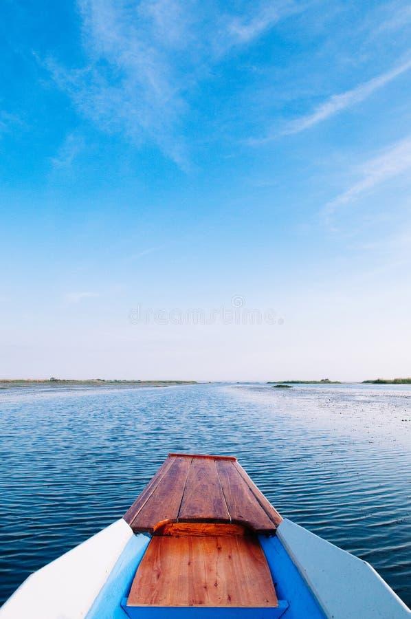 泰国木船弓在泰国乌东他宁宁静的蓝色农汉湖旅行 冬红莲湖 免版税库存图片