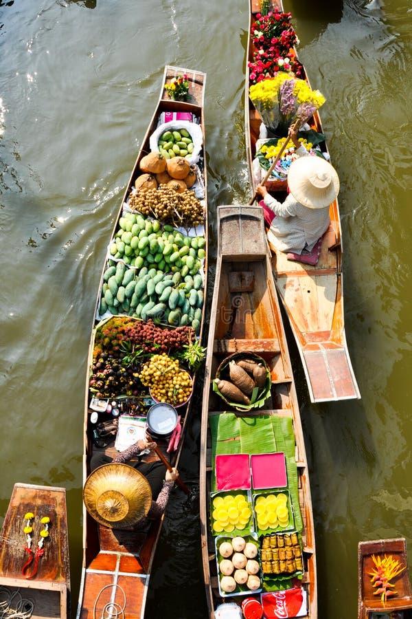 泰国果子&泰国点心在浮动市场上 免版税库存照片