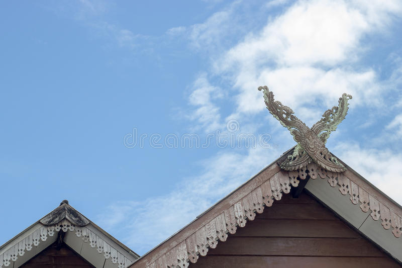 泰国样式和天空的三角形屋顶房子 库存照片