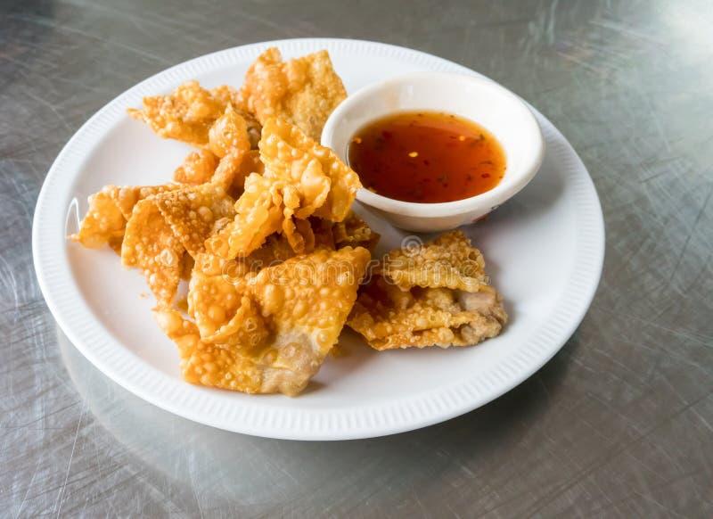 泰国样式油炸了猪肉与辣李子sauc的饺子服务 免版税库存照片