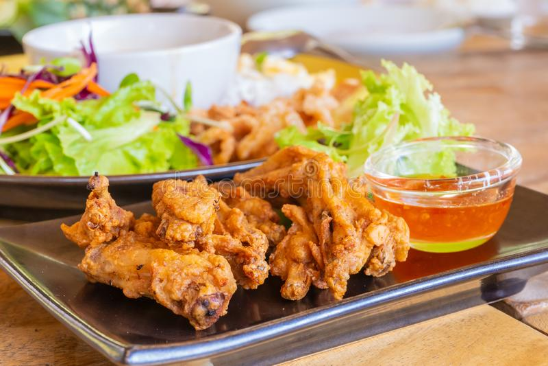 泰国样式油炸了鸡翅用调味汁和沙拉 库存照片