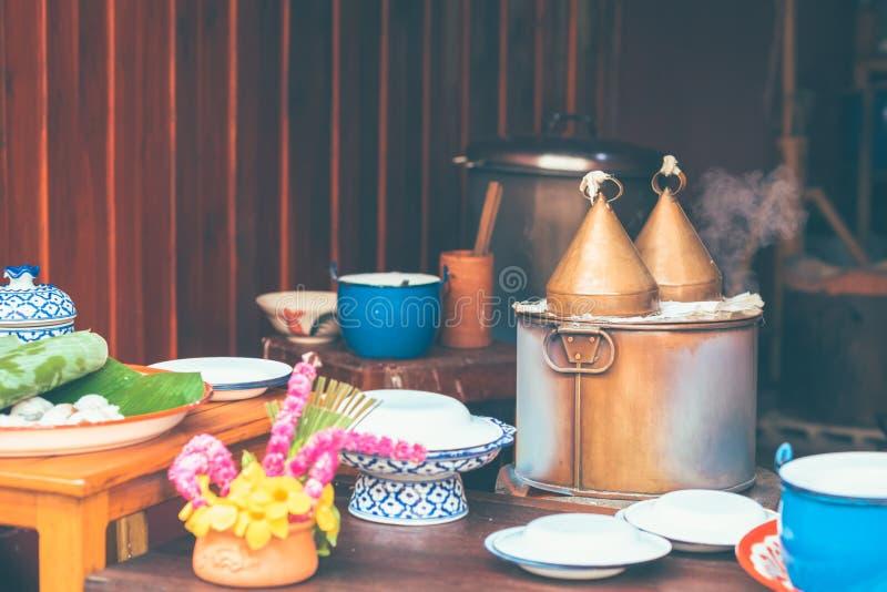 泰国样式蒸了米皮肤饺子快餐或Khao Kriab朴Moh罐 免版税库存图片