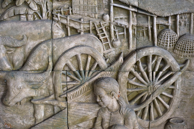 泰国样式雕塑在墙壁上的是手工制造样式 免版税库存照片